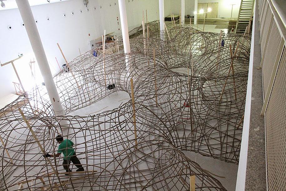 wood-tunnels-art-installation-henrique-oliveira-11
