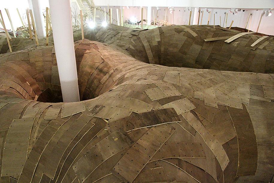 wood-tunnels-art-installation-henrique-oliveira-7