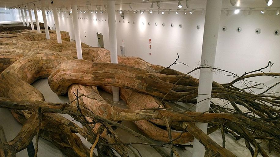 wood-tunnels-art-installation-henrique-oliveira-9