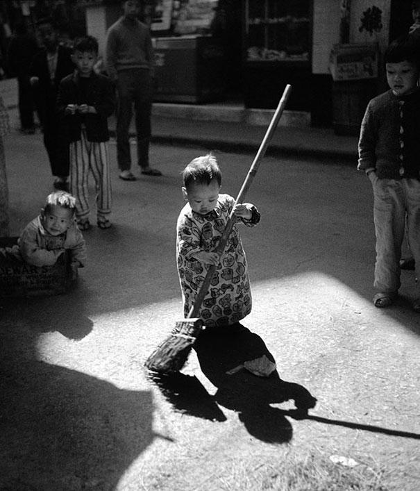 hong-kong-black-and-white-street-photography-ho-fan-29