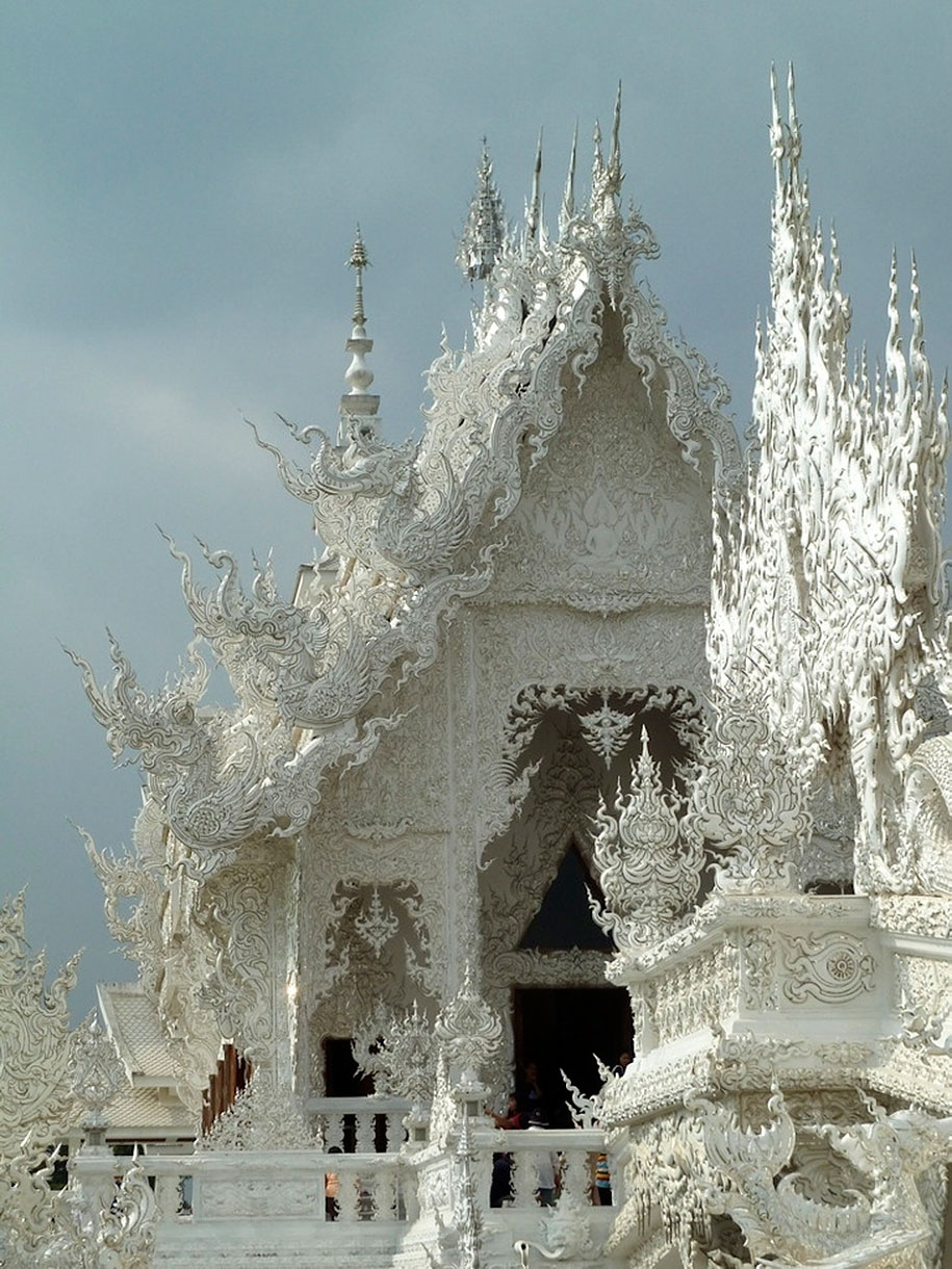 white-temple-wat-rong-khun-buddhist-thailand-architecture-2