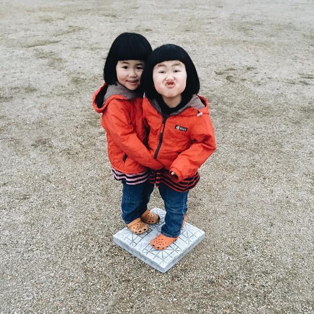 childhood-twin-sisters-family-pictures-sunmoooon-akira-oozawa-09
