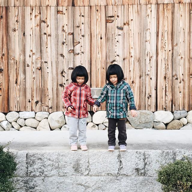 childhood-twin-sisters-family-pictures-sunmoooon-akira-oozawa-11