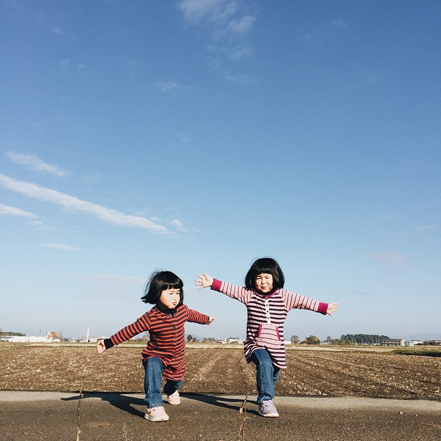 childhood-twin-sisters-family-pictures-sunmoooon-akira-oozawa-14