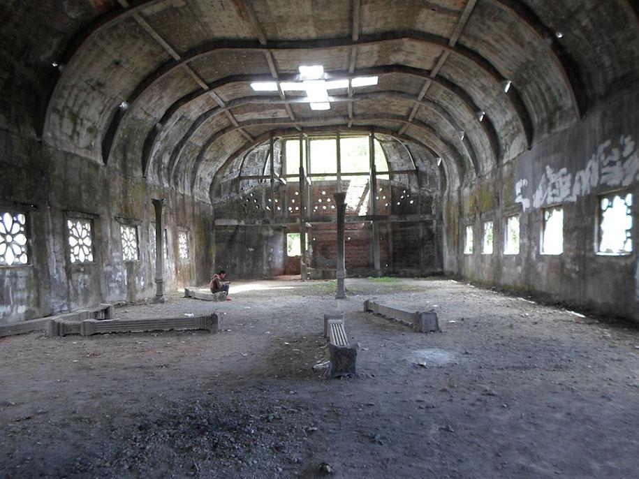 abandoned-prayer-house-jungle-chicken-church-daniel-alamsjah-indonesia-6