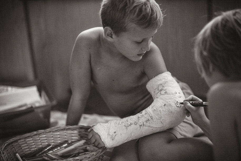 idyllic-summers-village-children-play-summertime-izabela-urbaniak-7