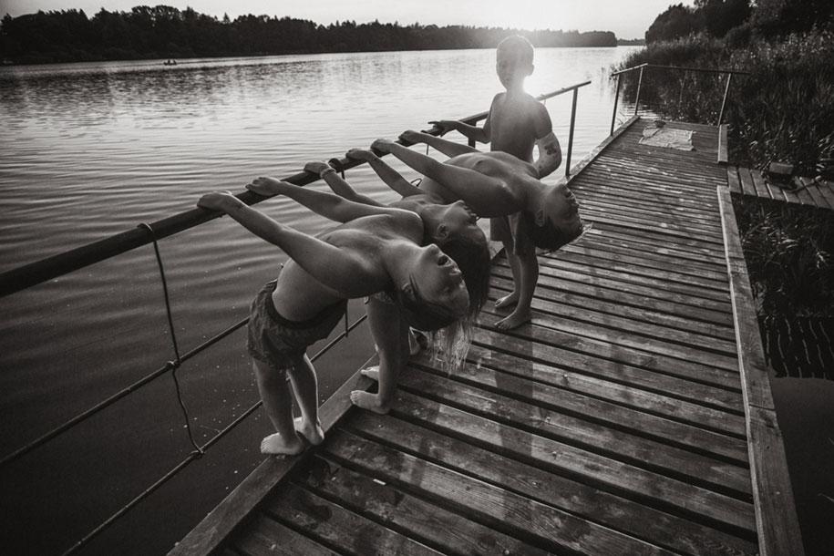 idyllic-summers-village-children-play-summertime-izabela-urbaniak-8