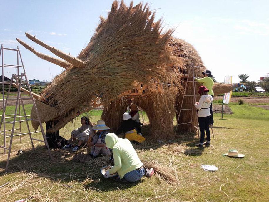 dinosaur-straw-sculptures-wara-art-festival-2015-niigata-japan-17
