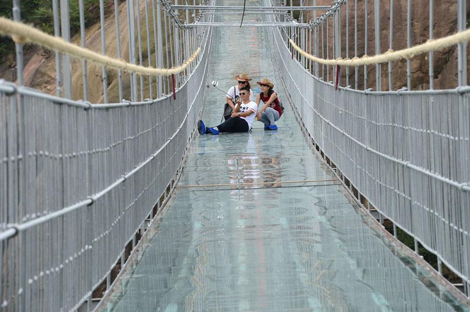 longest-glass-walkway-bridge-scary-shiniuzhai-geopark-china-11