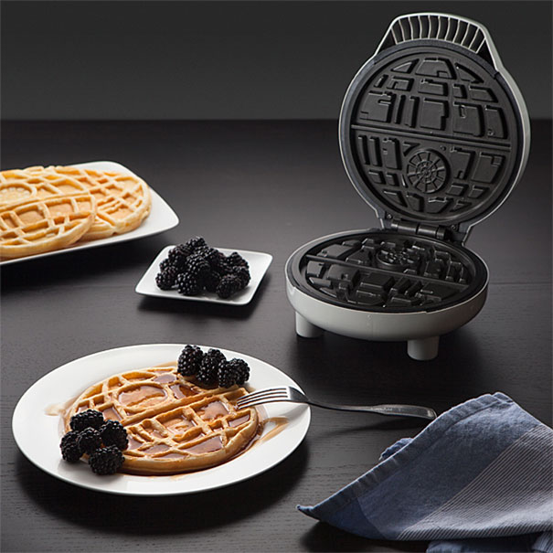 geek-fan-kitchen-breakfast-star-wars-death-star-waffle-iron-2