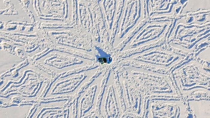 walking-snowshoes-snow-dragon-simon-beck-siberia-21