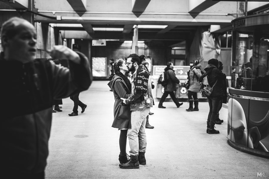 couples-kissing-hugging-public-spaces-black-white-photography-mikael-theimer-1