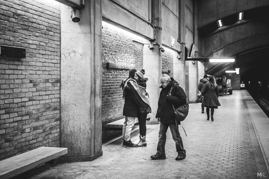 couples-kissing-hugging-public-spaces-black-white-photography-mikael-theimer-12