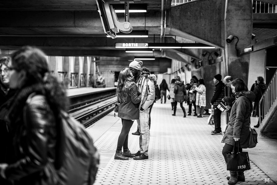 couples-kissing-hugging-public-spaces-black-white-photography-mikael-theimer-13