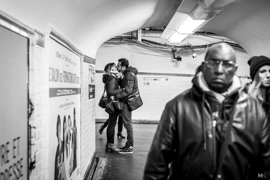 couples-kissing-hugging-public-spaces-black-white-photography-mikael-theimer-18