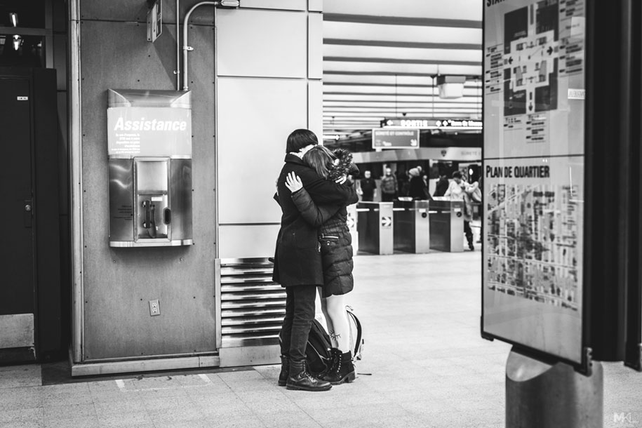 couples-kissing-hugging-public-spaces-black-white-photography-mikael-theimer-8