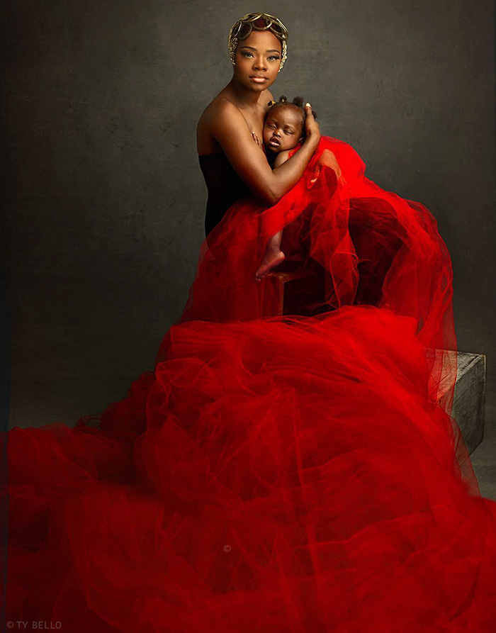 nigerian-bread-seller-modeling-contract-photobomb-olajumoke-orisaguna-1