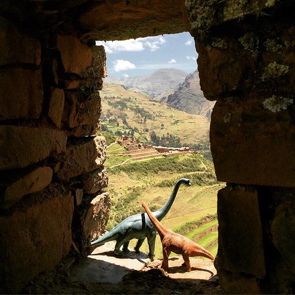 travel-photography-optical-illusions-dinosaur-toys-dinodinaseries-jorge-saenz-19
