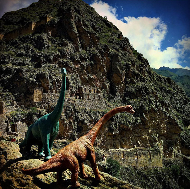 travel-photography-optical-illusions-dinosaur-toys-dinodinaseries-jorge-saenz-7