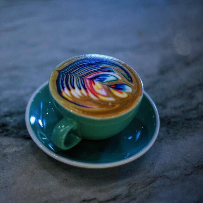 barista-colorizes-coffee-art-using-food-dye-4