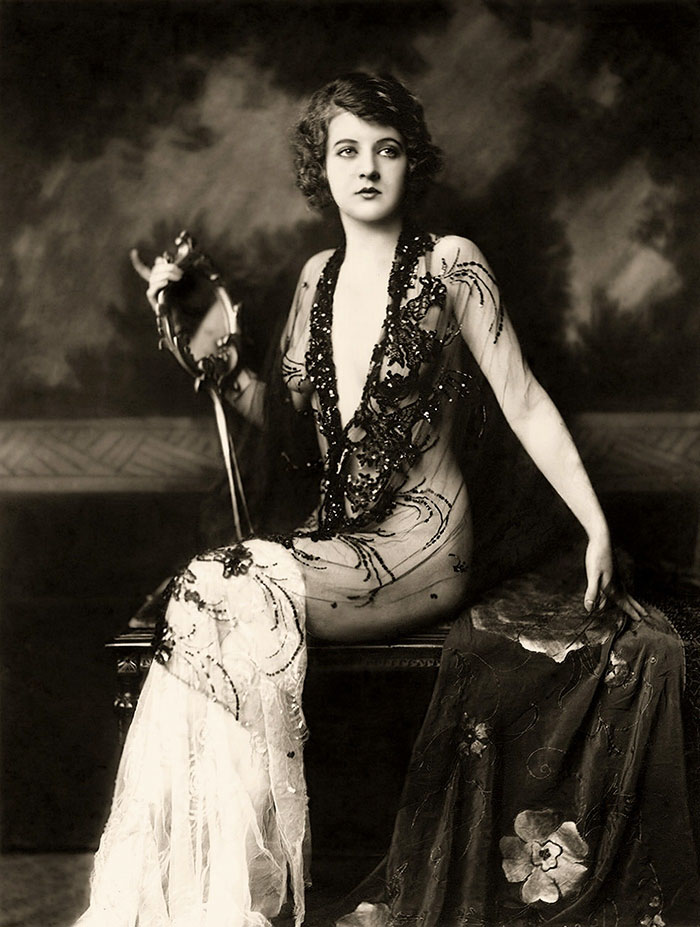 beginning-of-modern-fashion-1920s-women-fashion-13