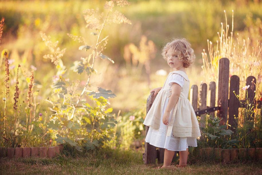 photographer-captures-children-in-costumes-childhood-anna-rozwadowska-1
