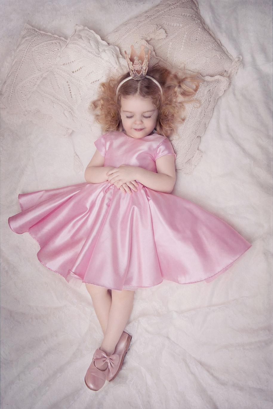 photographer-captures-children-in-costumes-childhood-anna-rozwadowska-7