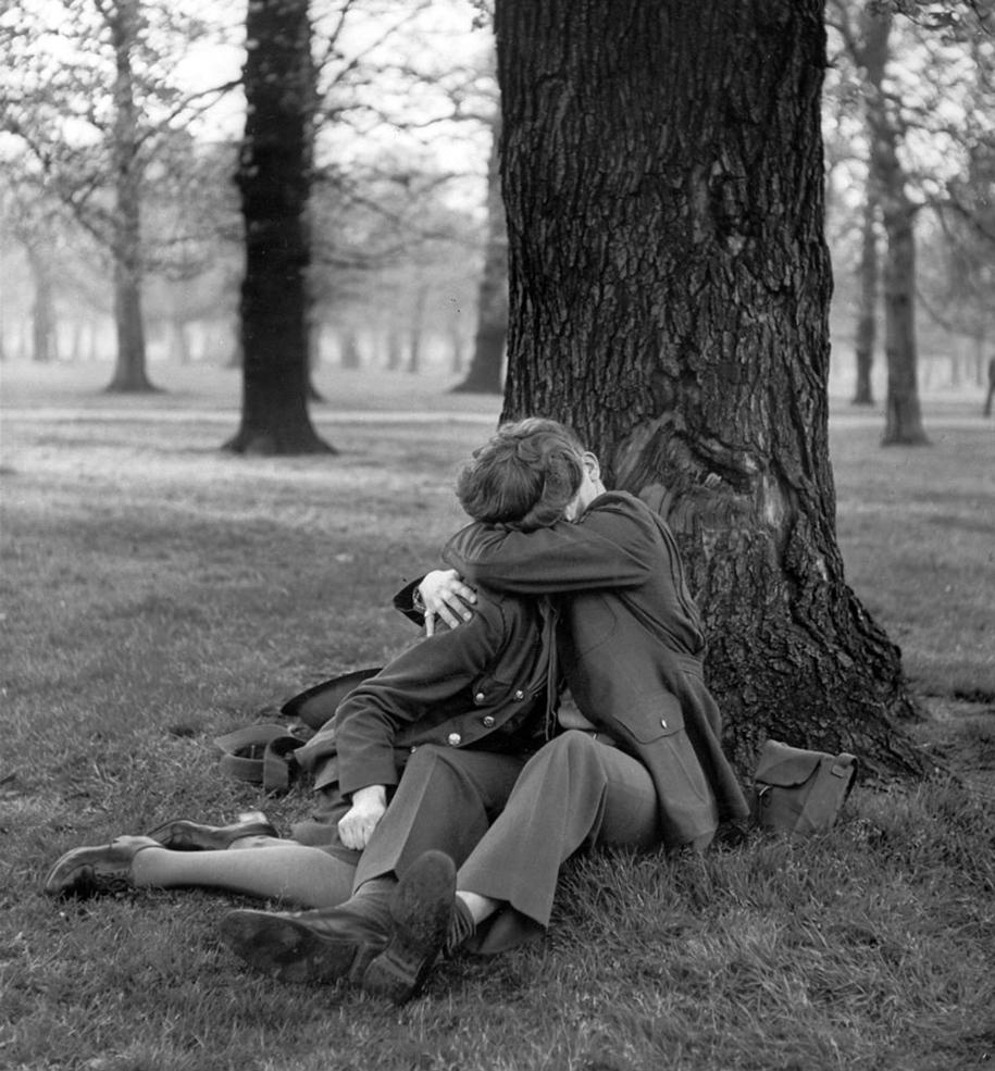 vintage-ww2-photos-war-couples-kiss-love-romance-1