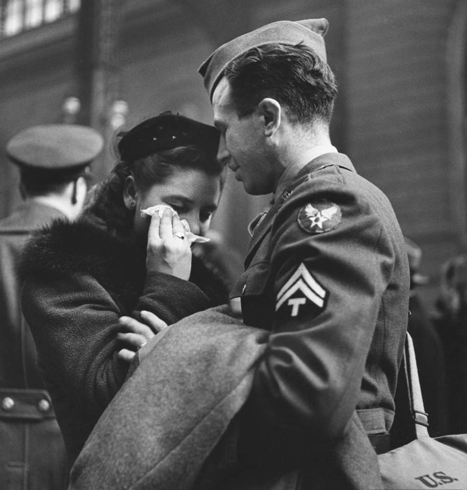 vintage-ww2-photos-war-couples-kiss-love-romance-13