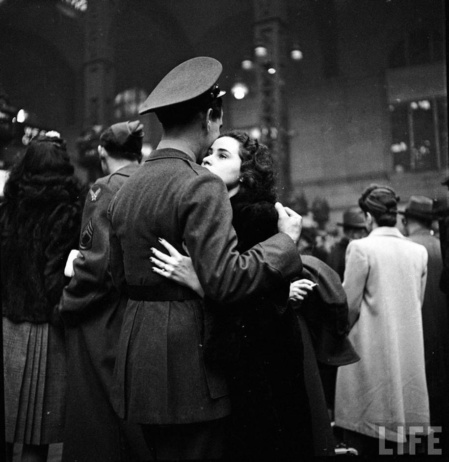 vintage-ww2-photos-war-couples-kiss-love-romance-14