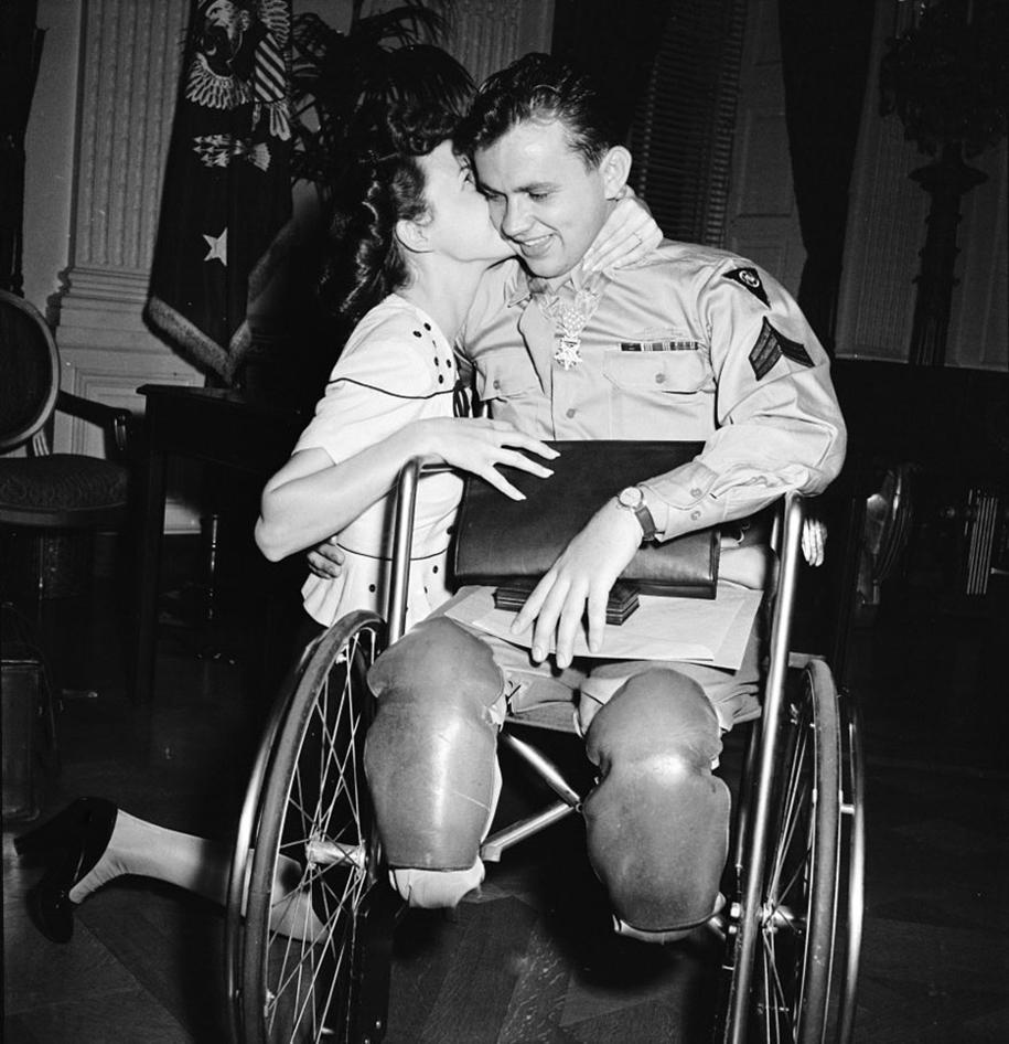 vintage-ww2-photos-war-couples-kiss-love-romance-15