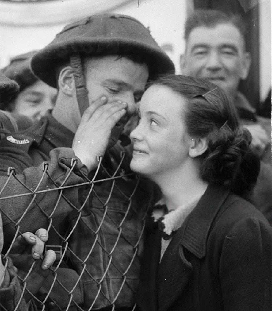 vintage-ww2-photos-war-couples-kiss-love-romance-16