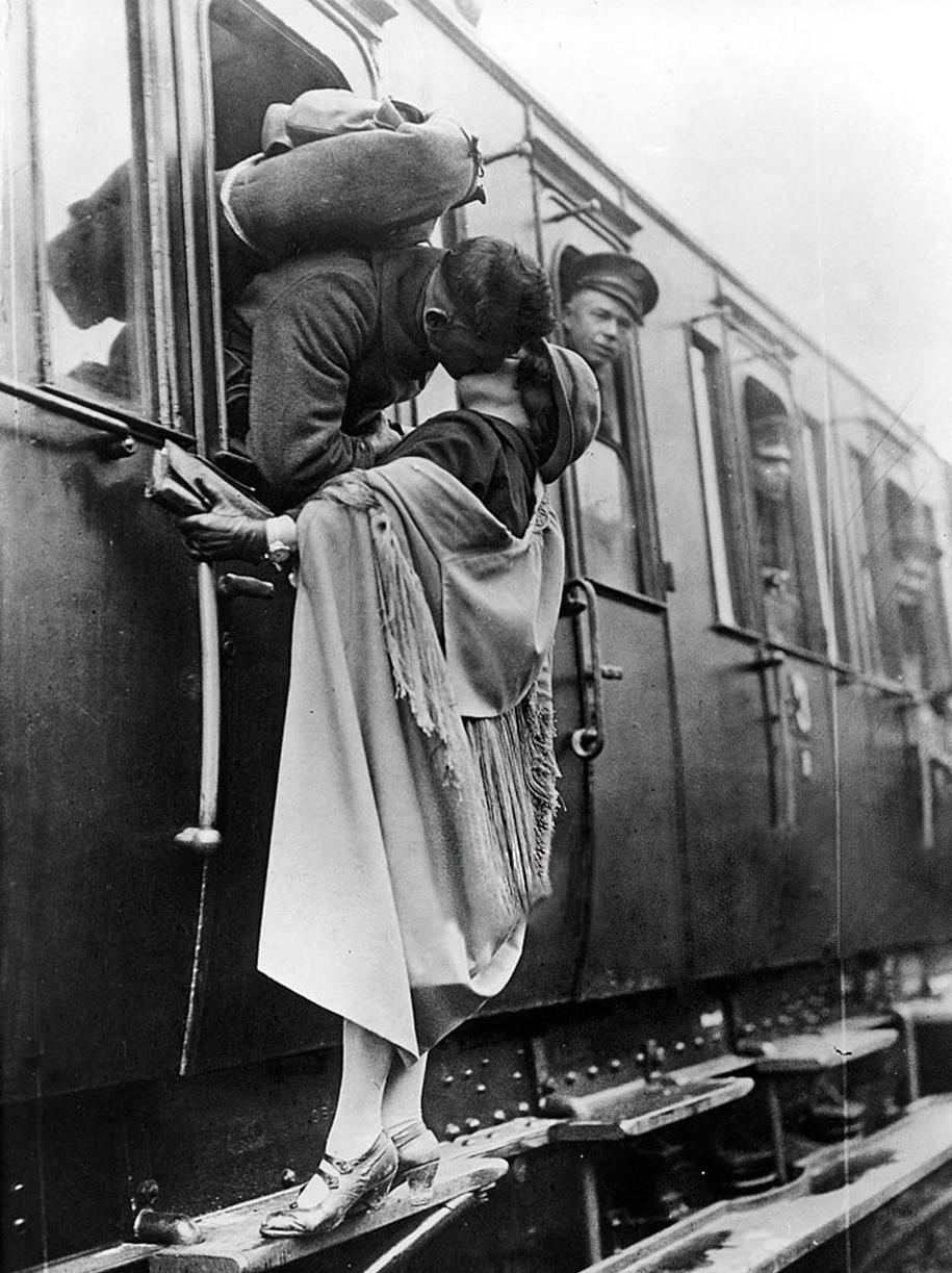 vintage-ww2-photos-war-couples-kiss-love-romance-19