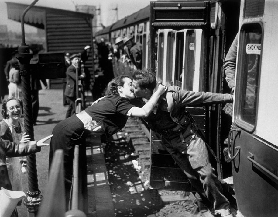 vintage-ww2-photos-war-couples-kiss-love-romance-2