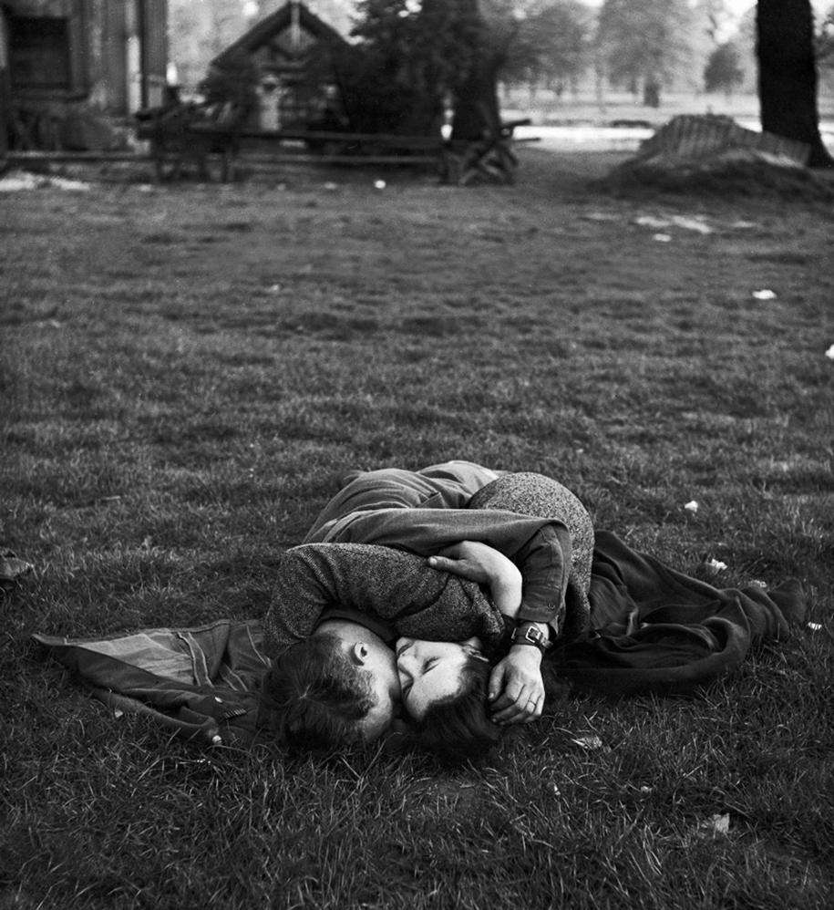 vintage-ww2-photos-war-couples-kiss-love-romance-20