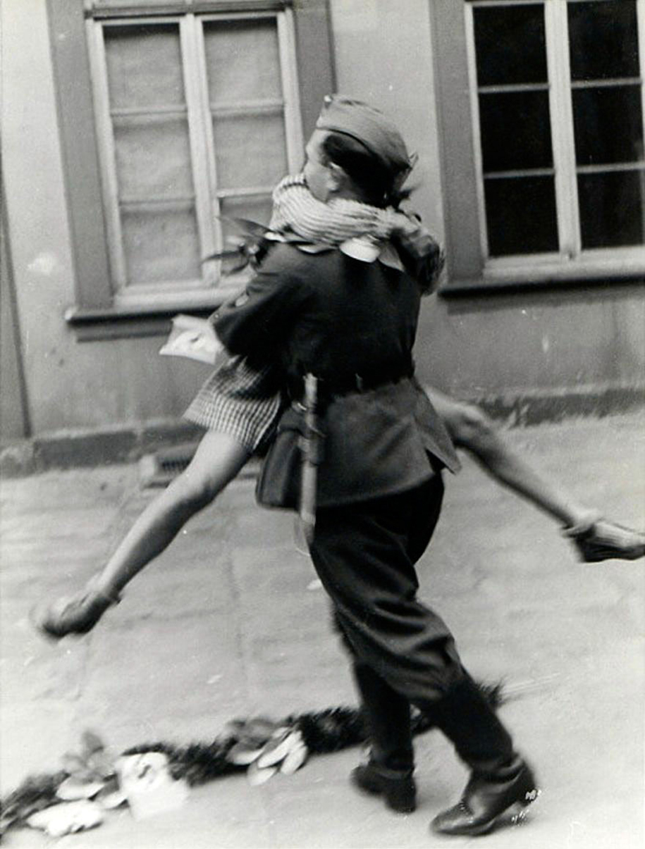 vintage-ww2-photos-war-couples-kiss-love-romance-3