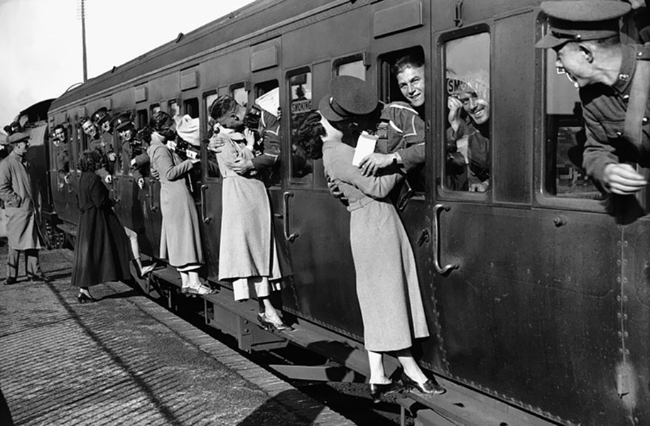 vintage-ww2-photos-war-couples-kiss-love-romance-6