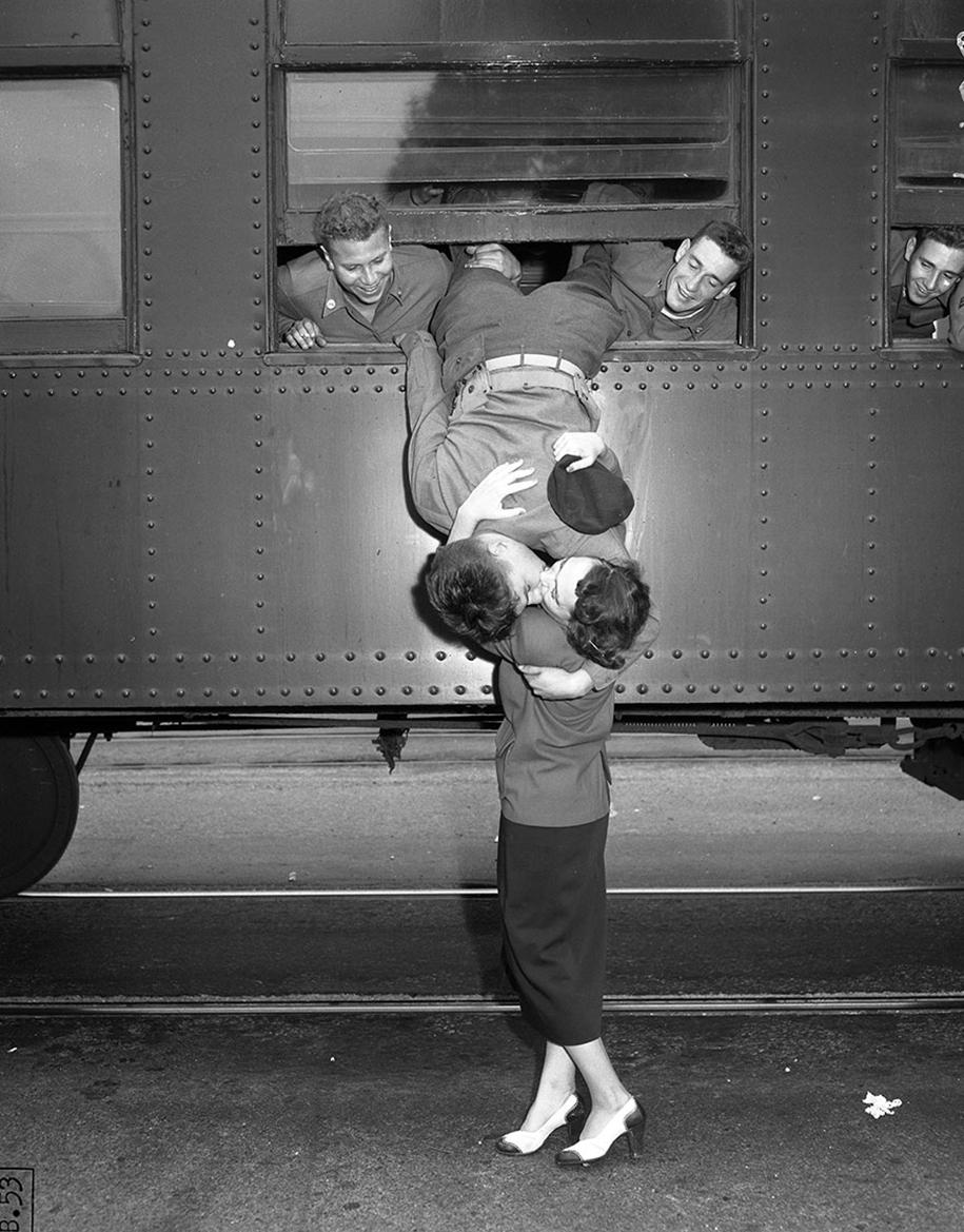 vintage-ww2-photos-war-couples-kiss-love-romance-7
