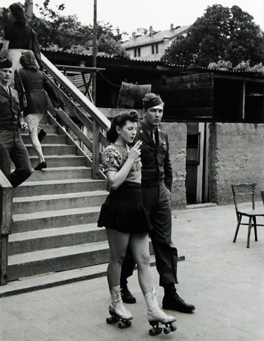 vintage-ww2-photos-war-couples-kiss-love-romance-8