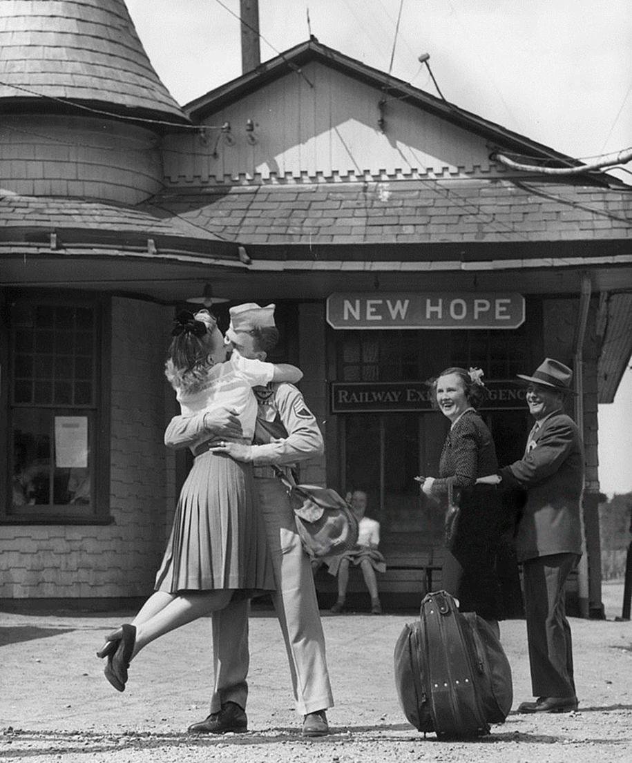vintage-ww2-photos-war-couples-kiss-love-romance-9