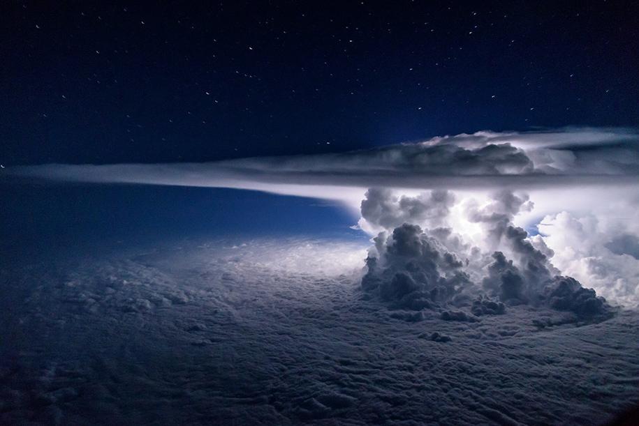 pilot-takes-perfect-thunderstorm-photo-from-above-santiago-borja-1