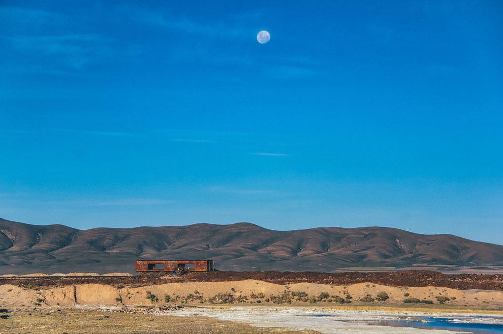 train-graveyard-bolivia-chris-staring-3