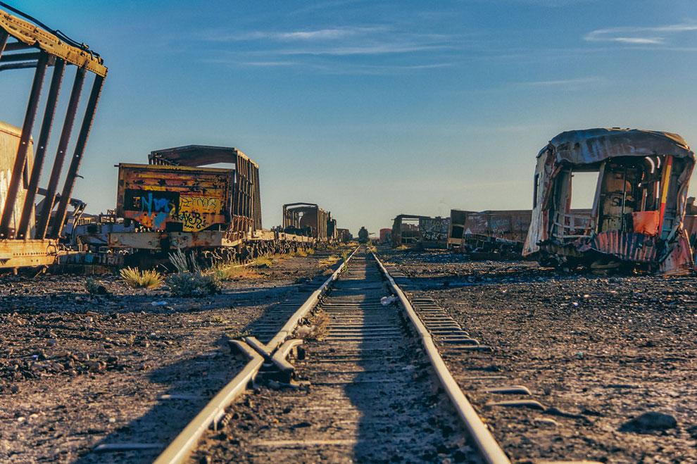 train-graveyard-bolivia-chris-staring-4