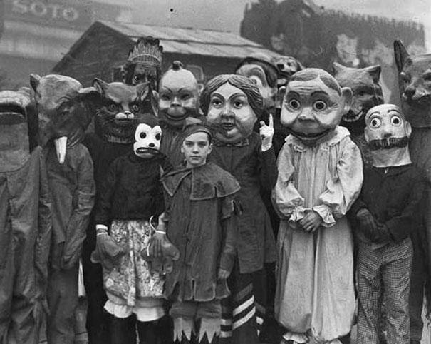 scary-vintage-halloween-costumes-creepy-14