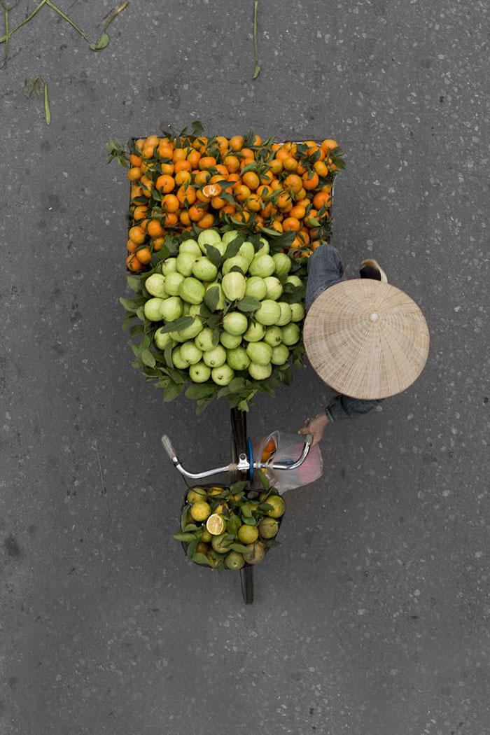 vietnamese-street-vendors-overhead-photos-hanoi-loes-heerink-11