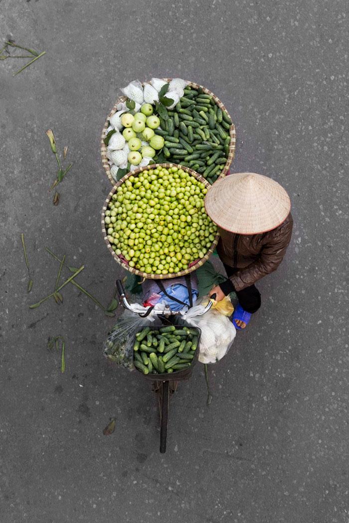 vietnamese-street-vendors-overhead-photos-hanoi-loes-heerink-2