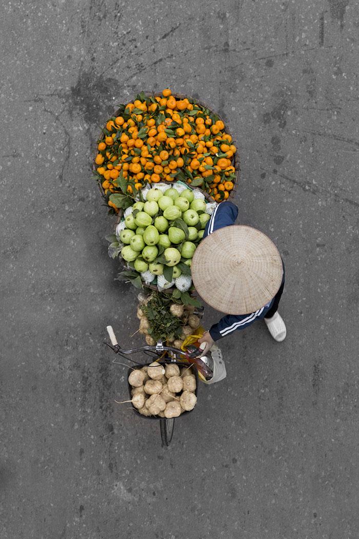 vietnamese-street-vendors-overhead-photos-hanoi-loes-heerink-7