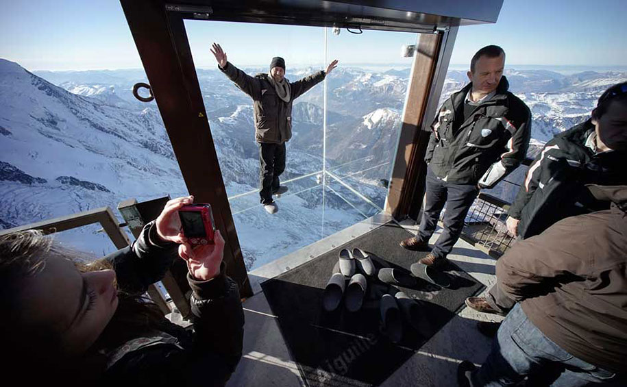 Glass Box On The Top Of Mont Blanc Opens Up A 3396 ft Of Void Below One's Feet