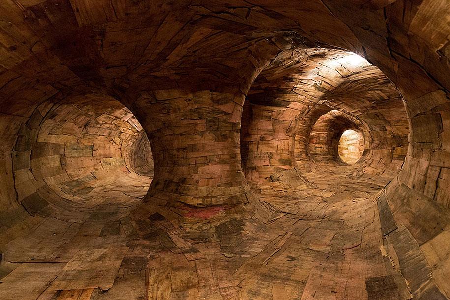 wood-tunnels-art-installation-henrique-oliveira-3