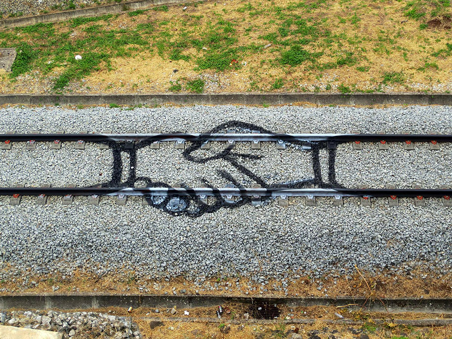train-tracks-railway-portugal-street-art-artur-bordalo-1